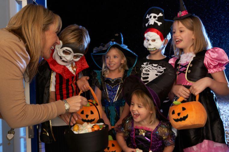 Угощение детей на Хэллоуин