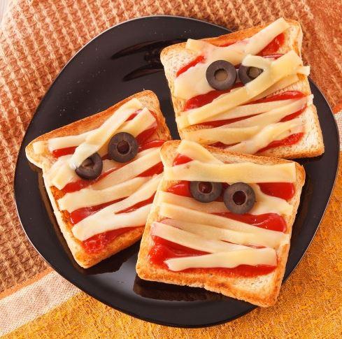 """Тосты """"Мумии"""" - блюдо на Хэллоуин"""