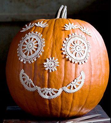 Тыква на Хэллоуин, украшенная кружевом