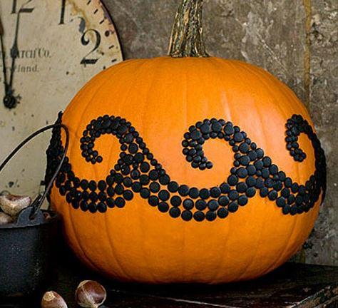 Тыква на Хэллоуин, украшенная обивочными гвоздями