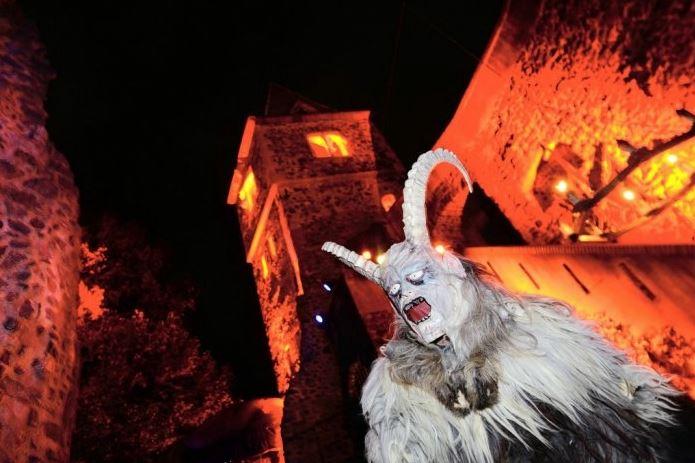 Празднование Хэллоуина в замке Франкенштейна в Дармштадте